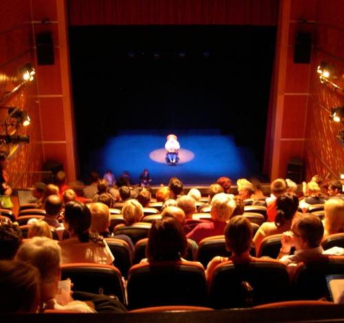 salle de théâtre et commédien jouant le malade imaginaire
