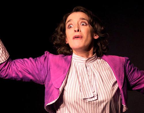 femme costumée pendant un cours de théâtre