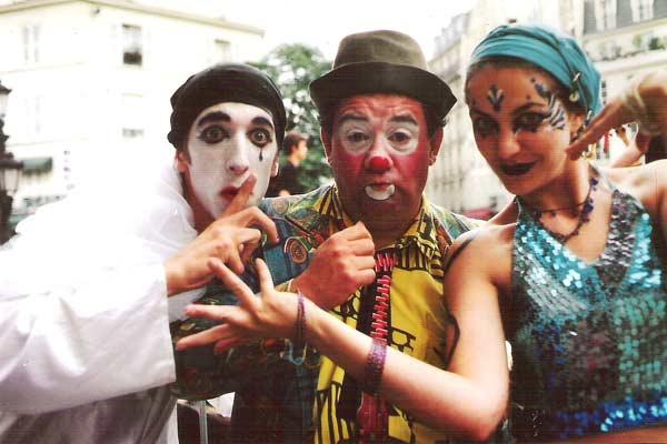 stage clowns et personnes déguisées en clown